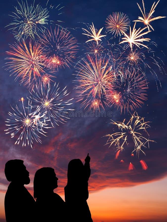 Szczęśliwa rodzina patrzeje fajerwerki zdjęcia stock