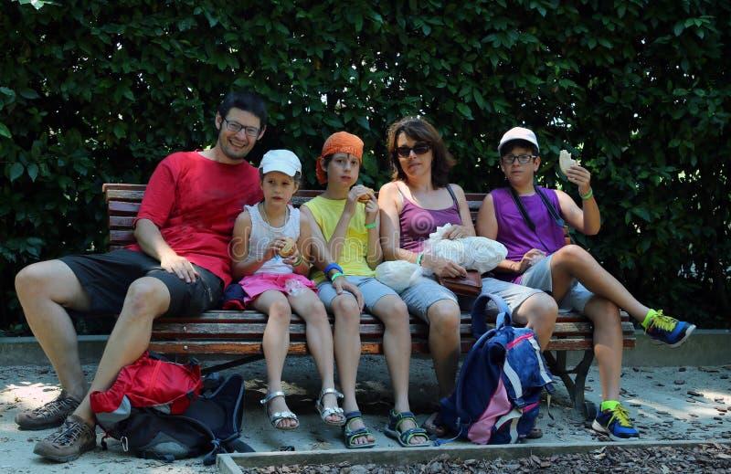 Szczęśliwa rodzina pięć ludzi je kanapki obraz stock