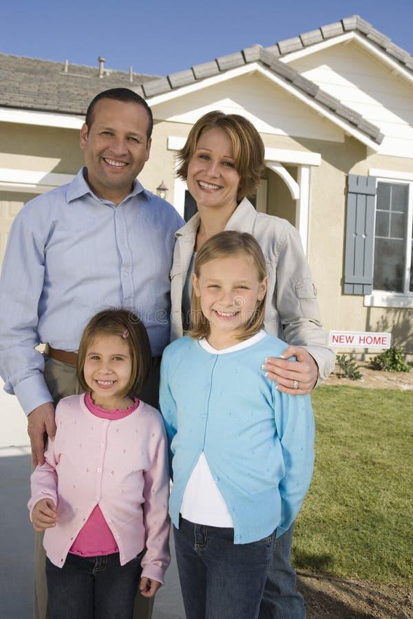 Szczęśliwa rodzina Przed nowym domem zdjęcia royalty free