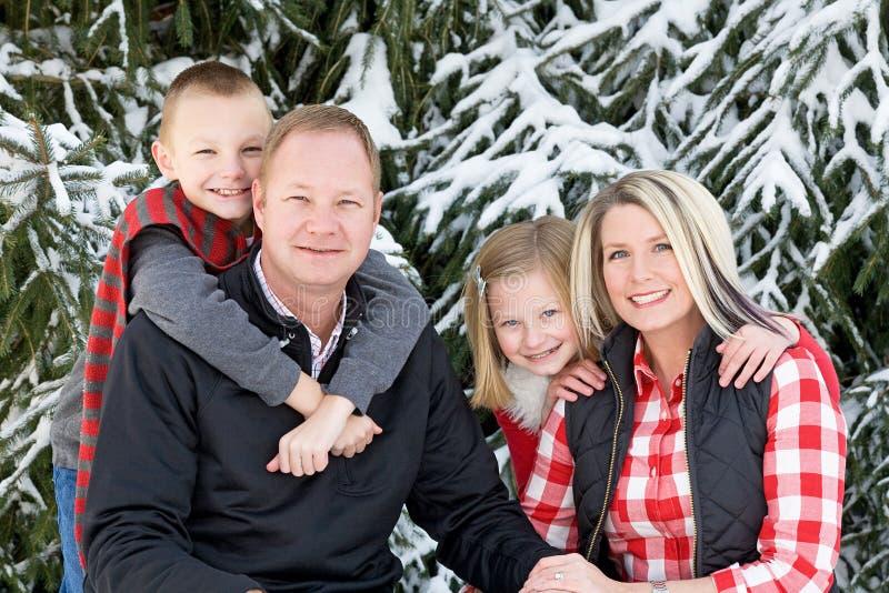 Szczęśliwa rodzina przy bożymi narodzeniami fotografia stock