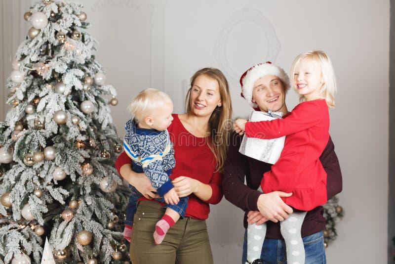 Szczęśliwa rodzina przy bożymi narodzeniami target68_1_ prezenty wpólnie fotografia royalty free