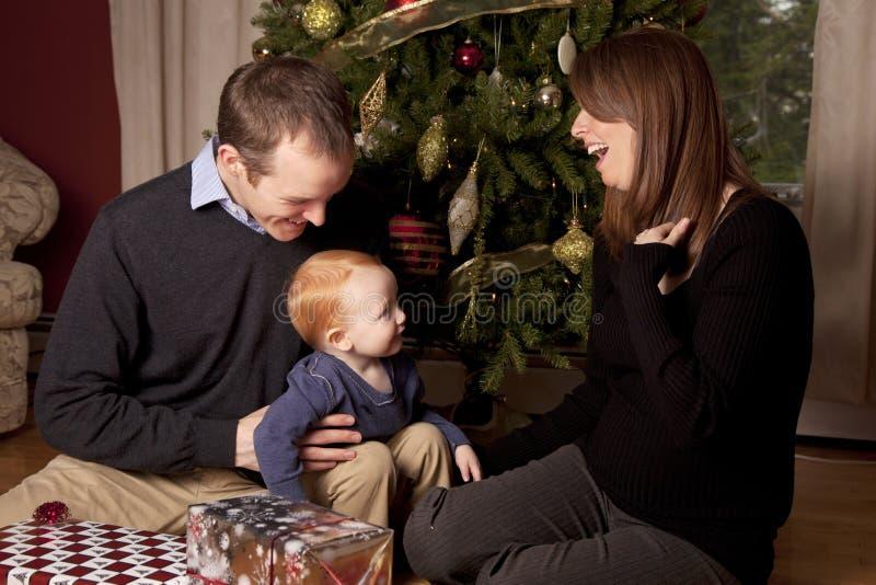 Szczęśliwa rodzina przy bożymi narodzeniami z chłopiec zdjęcia royalty free