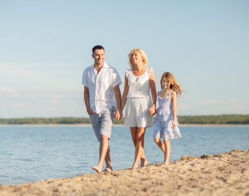Szczęśliwa rodzina przy nadmorski fotografia stock