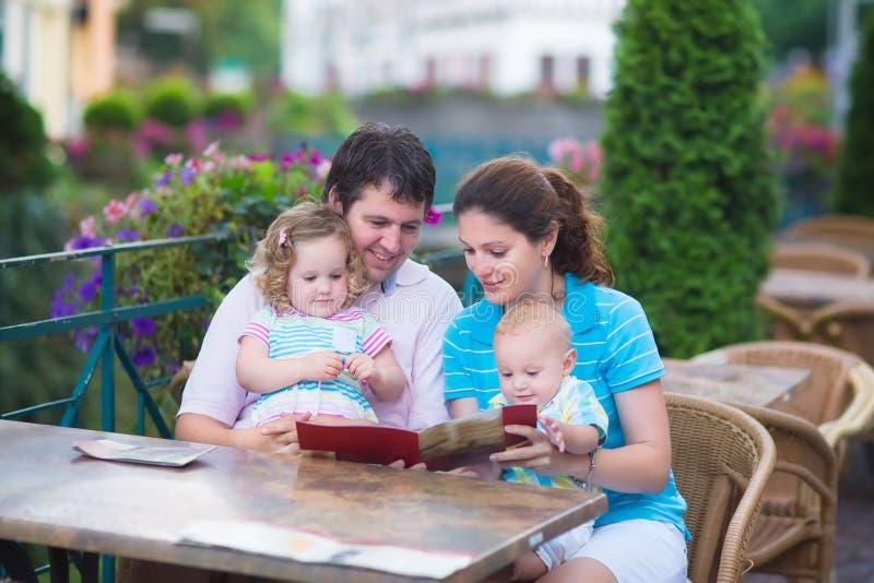 Szczęśliwa rodzina przy outside kawiarnią obraz royalty free