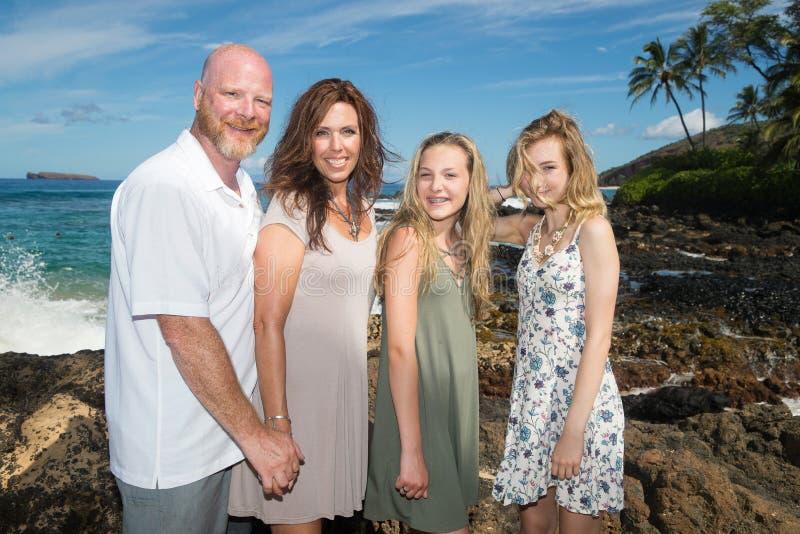 Szczęśliwa rodzina przy plażą wpólnie zdjęcia royalty free