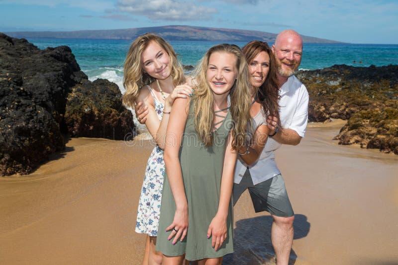 Szczęśliwa rodzina przy plażą wpólnie obrazy stock