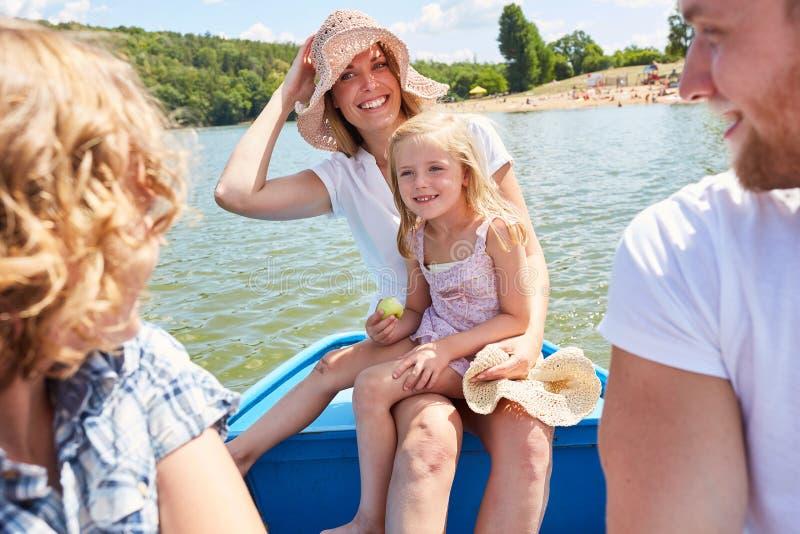 Szczęśliwa rodzina robi wycieczce turysycznej w rowboat obraz stock