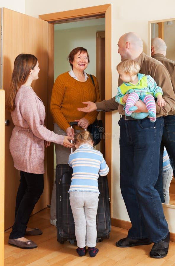 Szczęśliwa rodzina spotyka babci fotografia royalty free