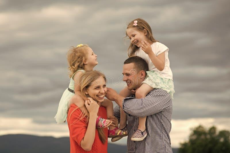 szczęśliwa rodzina Szczęśliwy dzieciństwo, rodzina, miłość obraz stock