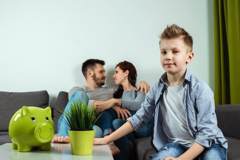 Szczęśliwa rodzina, uśmiechnięta chłopiec patrzeje kamerę przeciw tłu jego wychowywa, rodzina Wydaje czasu szczęścia wakacje fotografia royalty free