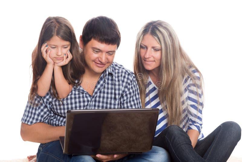 Szczęśliwa rodzina używa notatnika fotografia stock