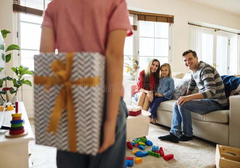 Szczęśliwa rodzina w żywym pokoju zdjęcie stock