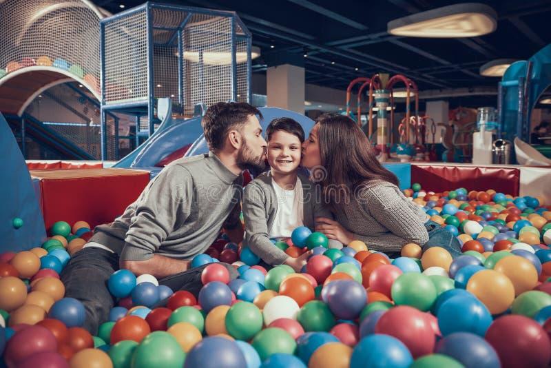 Szczęśliwa rodzina w basenie z piłkami zdjęcia royalty free