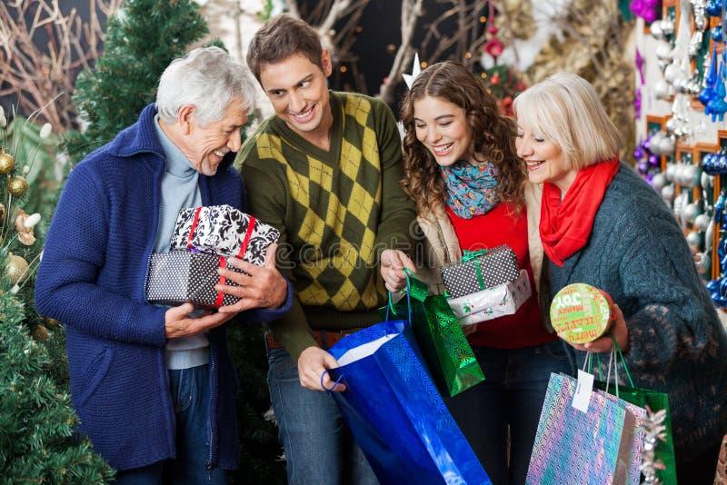 Szczęśliwa rodzina W boże narodzenie sklepie obraz stock