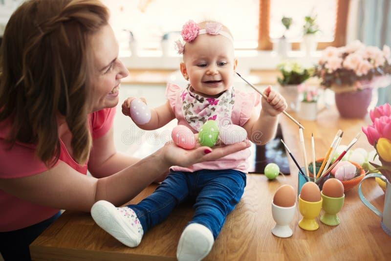 Szczęśliwa rodzina w Easter czasie fotografia royalty free