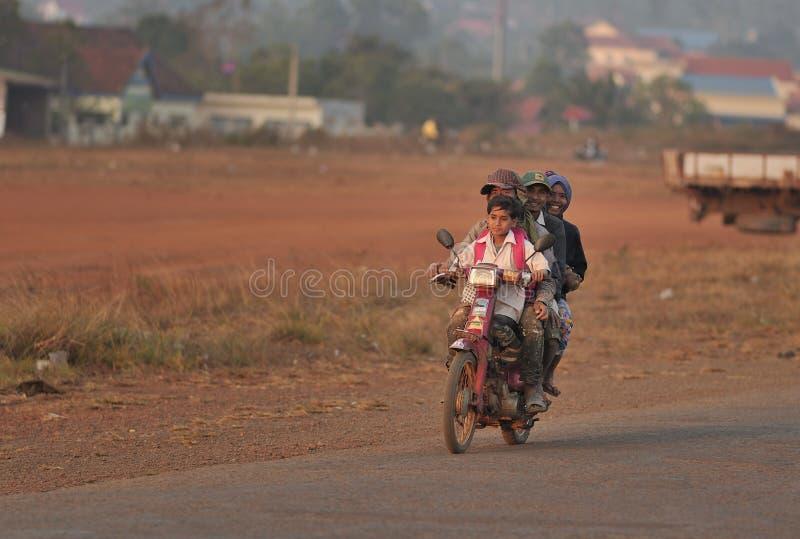 Szczęśliwa rodzina w Kambodża mniejszości etnicznej biedy wiosce obraz royalty free