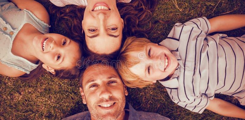 Szczęśliwa rodzina w parku wpólnie zdjęcie royalty free