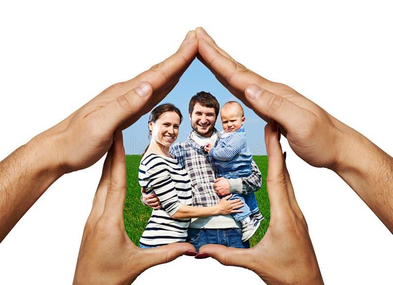 Szczęśliwa rodzina w rękach stwarza ognisko domowe zdjęcie stock
