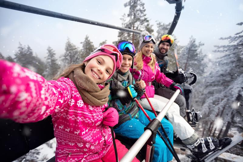 Szczęśliwa rodzina w wagon kolei linowej wspinaczce narciarski teren obrazy stock