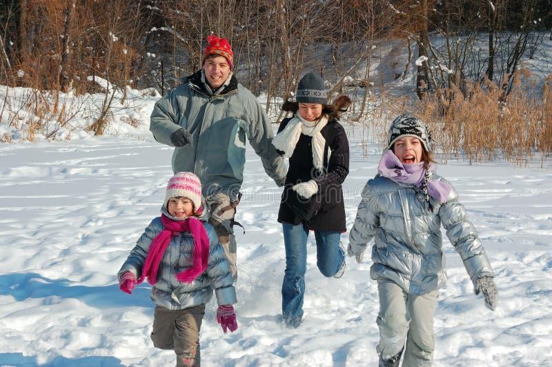 Szczęśliwa rodzina w zimie, mieć zabawę z śniegiem outdoors zdjęcie stock