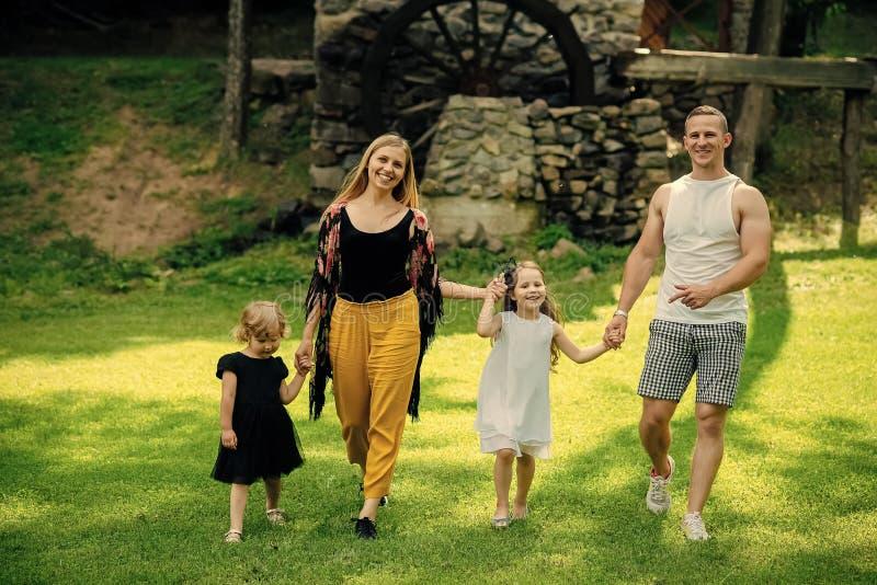 szczęśliwa rodzina Wolność, aktywność, styl życia, energetyczny pojęcie zdjęcia stock