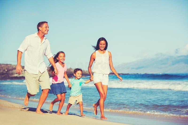Szczęśliwa rodzina Wpólnie Ma zabawę obraz royalty free