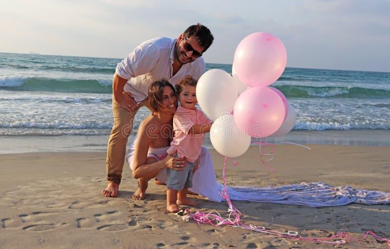 Szczęśliwa rodzina wydaje czas przy plażą Styl życia, dziecko obraz stock