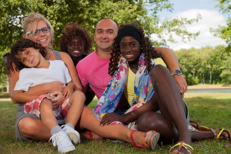 Szczęśliwa rodzina z adopcj dziećmi zdjęcie royalty free