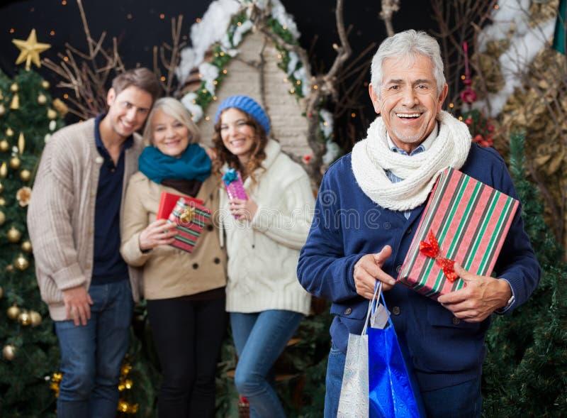 Szczęśliwa rodzina Z Bożenarodzeniowymi teraźniejszość I zakupy fotografia royalty free
