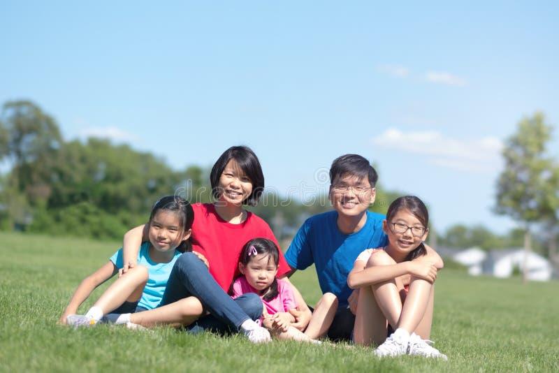 Szczęśliwa rodzina z dziećmi outdoors podczas lata zdjęcie stock