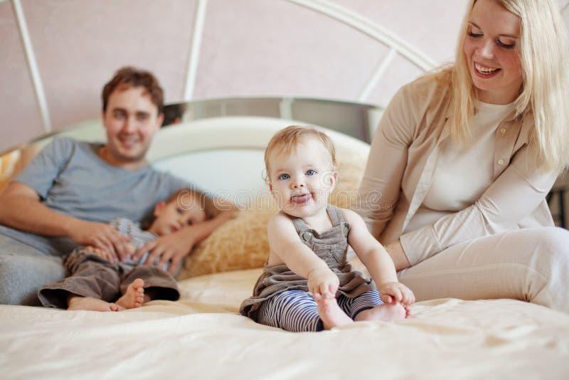 Szczęśliwa rodzina w domu zdjęcie stock