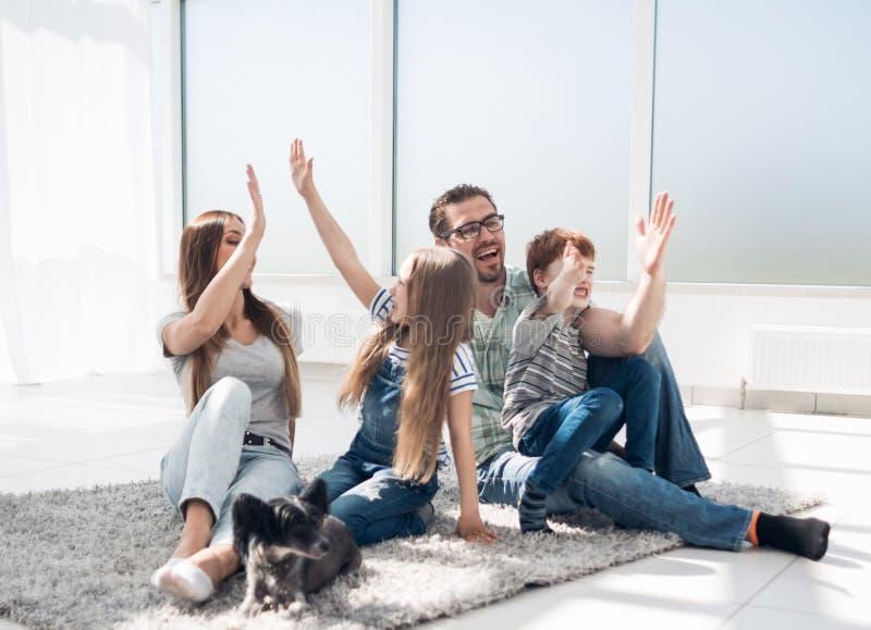 Szczęśliwa rodzina z dzieciakami daje each inny wysocy pięć fotografia stock