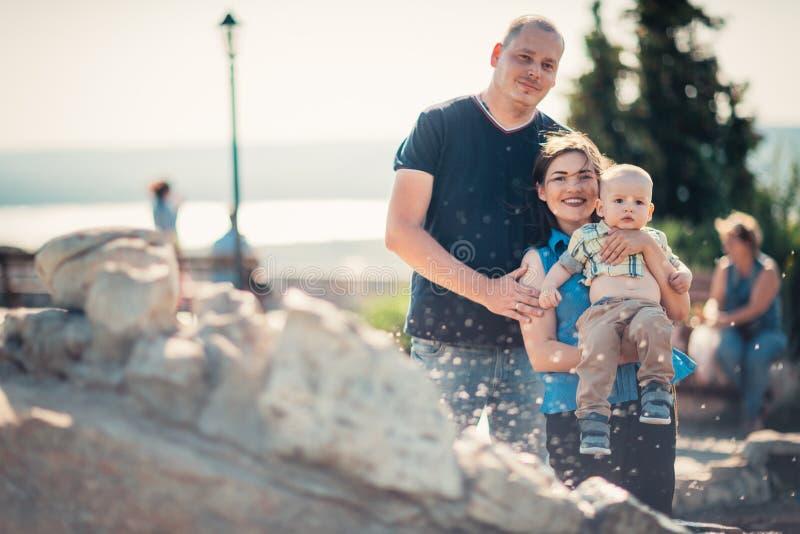 Szczęśliwa rodzina z dzieckiem blisko fontanny obraz stock
