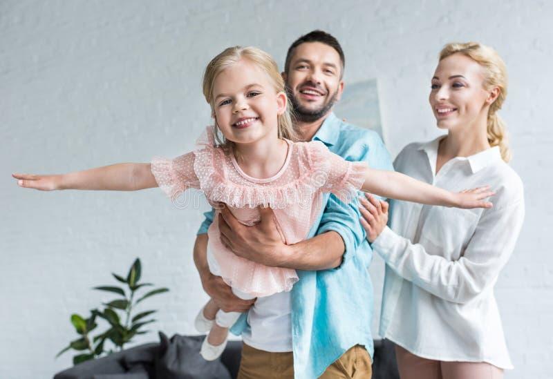 szczęśliwa rodzina z jeden dzieckiem ma zabawę wpólnie obrazy royalty free