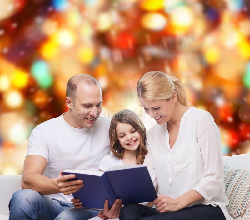 Szczęśliwa rodzina z książką w domu fotografia royalty free