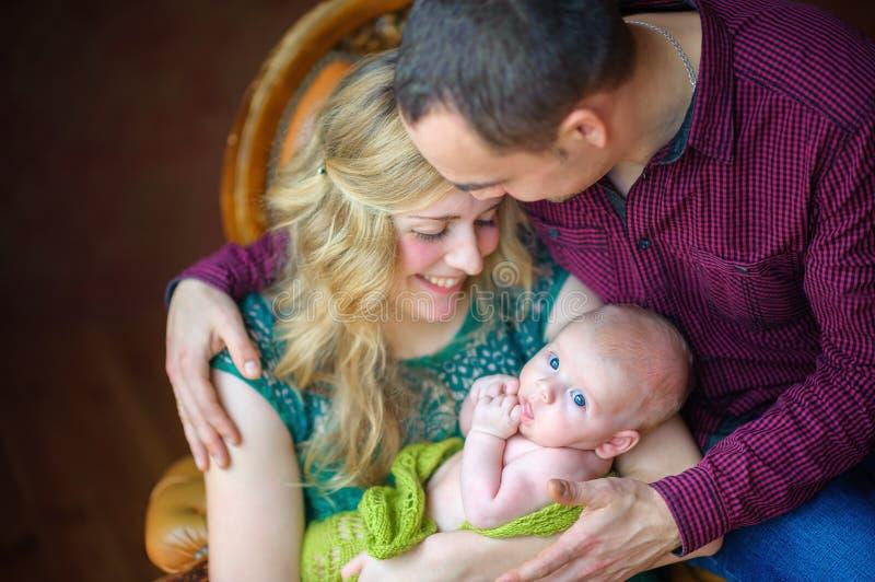 Szczęśliwa rodzina z nowonarodzonym synem fotografia stock