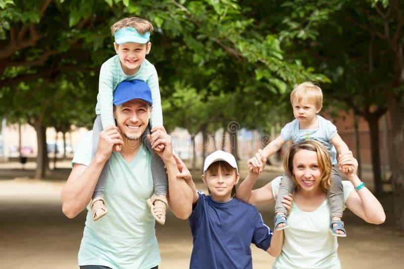 Szczęśliwa rodzina z trzy dzieciakami obrazy stock