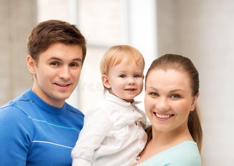 Szczęśliwa rodzina z uroczym dzieckiem zdjęcia royalty free