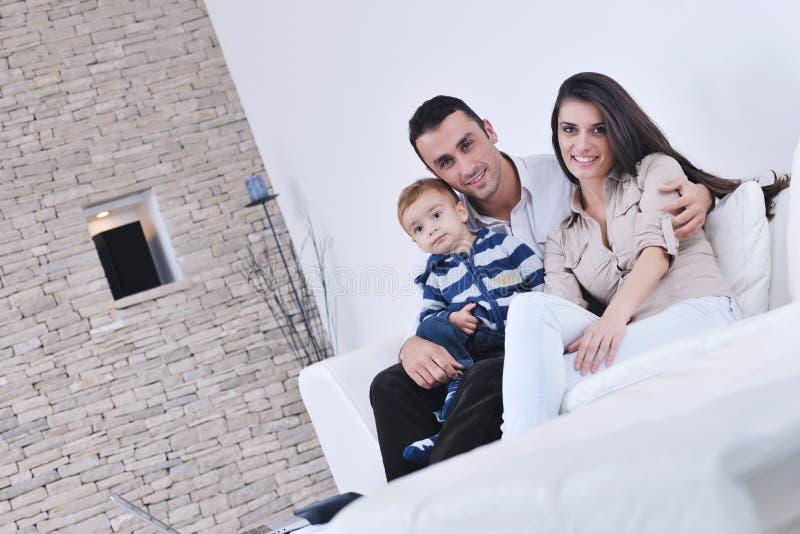 szczęśliwa rodzinna backgrund zabawa tv potomstwa zdjęcie royalty free