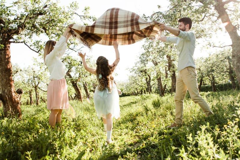 Szczęśliwa rodzinna cieszy się wiosna wpólnie zdjęcia stock