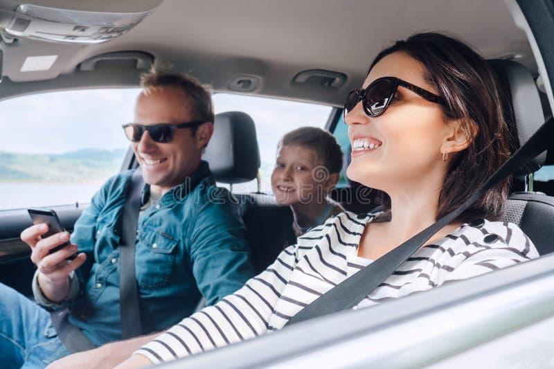 Szczęśliwa rodzinna jazda w samochodzie obrazy royalty free