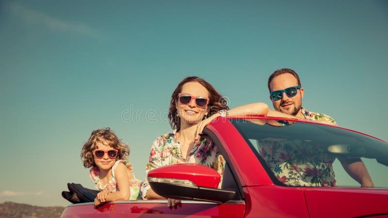 Szczęśliwa rodzinna podróż samochodem w górach fotografia stock