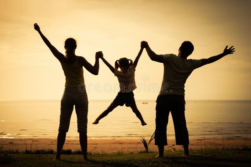 Szczęśliwa rodzinna pozycja na plaży zdjęcie stock