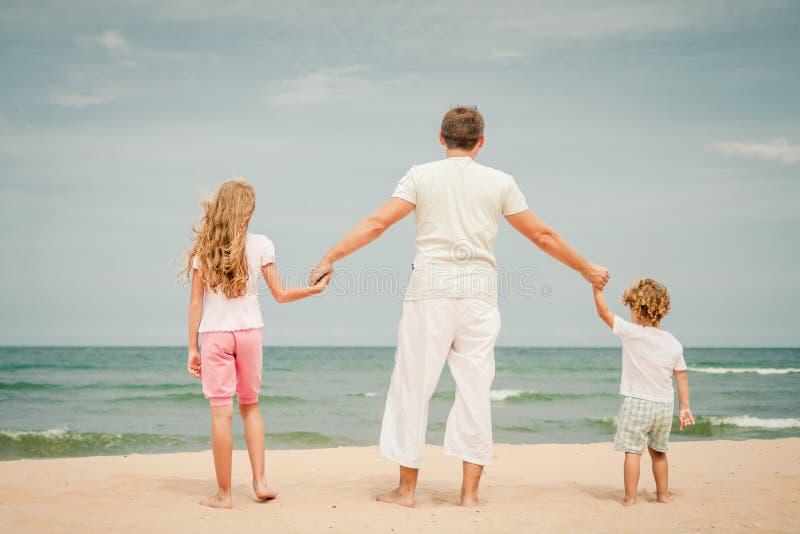 Download Szczęśliwa Rodzinna Pozycja Przy Plażą Obraz Stock - Obraz złożonej z lifestyle, aktywny: 41953659