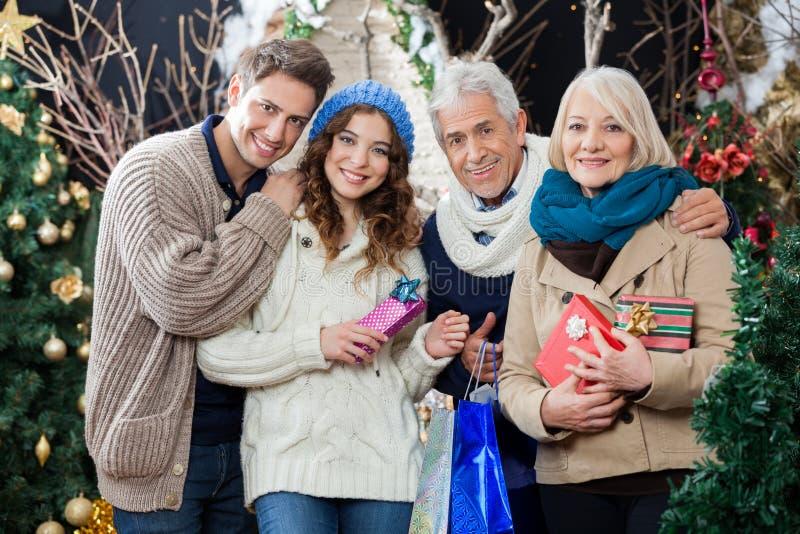 Szczęśliwa Rodzinna pozycja W boże narodzenie sklepie zdjęcie stock