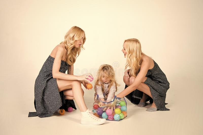 Szczęśliwa rodzinna sztuka z zabawkarskimi piłkami obraz stock