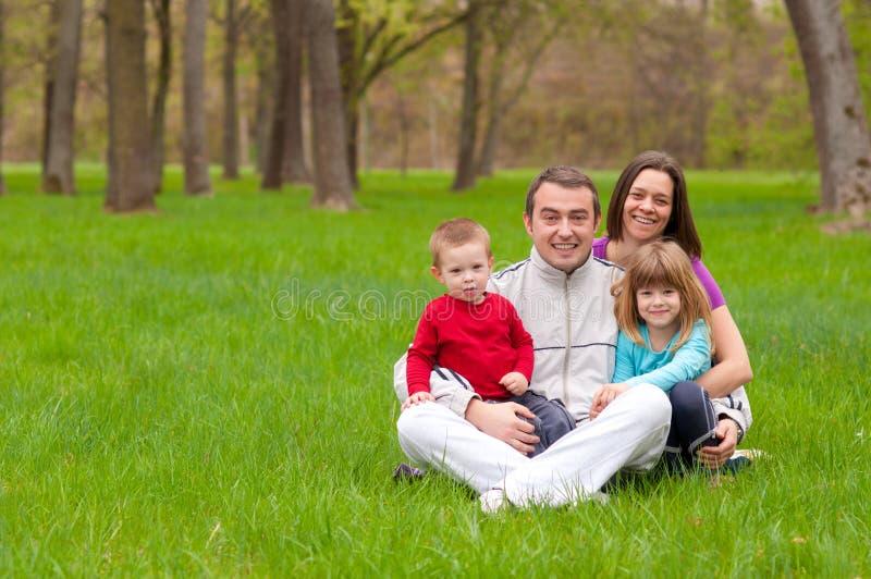 szczęśliwa rodzinna zabawa mieć natury potomstwo obraz royalty free