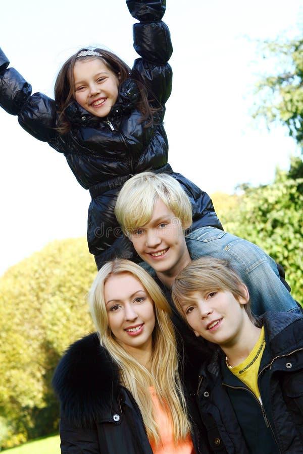 szczęśliwa rodzinna zabawa parka obrazy royalty free