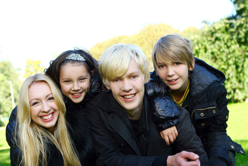 szczęśliwa rodzinna zabawa parka fotografia royalty free