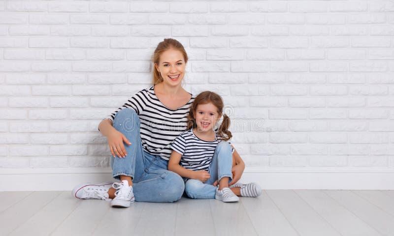 Szczęśliwa rodziny matka i dziecko córka blisko pustej ściany fotografia stock